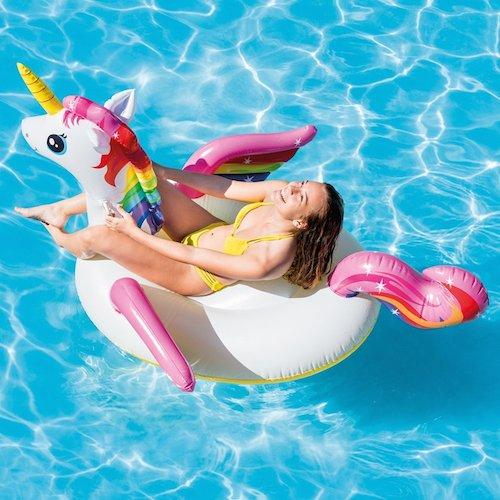 be14a931243e L'unicorno gonfiabile gigante è dotato di una presa, così è più facile da  trasportare sia dentro che fuori dall'acqua. Per metterlo in acqua basta ...